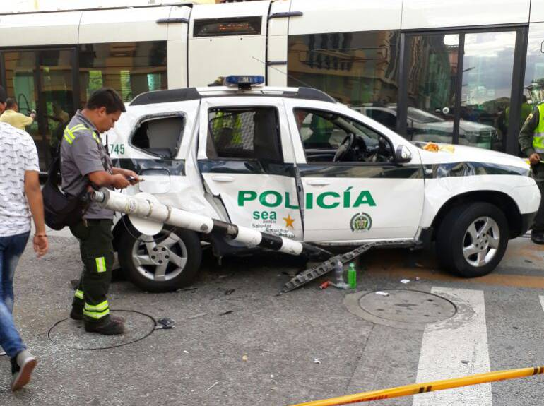 Fuerte colisión entre el Tranvía y una patrulla de la Policía — FOTOS