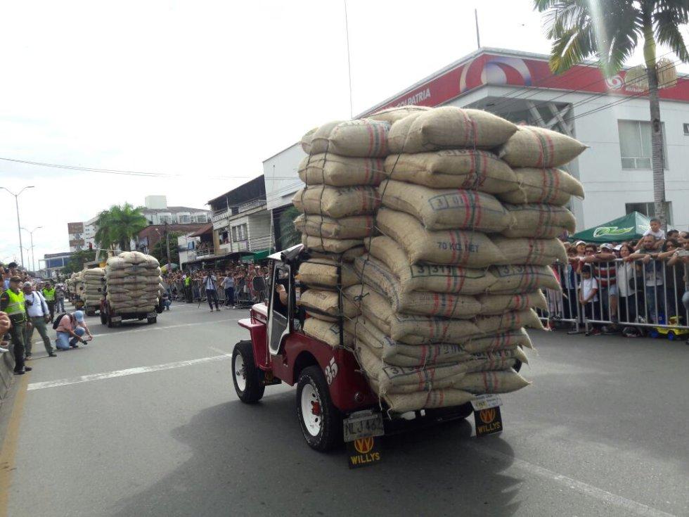 La carga de café no puede faltan en el desfile del yipao