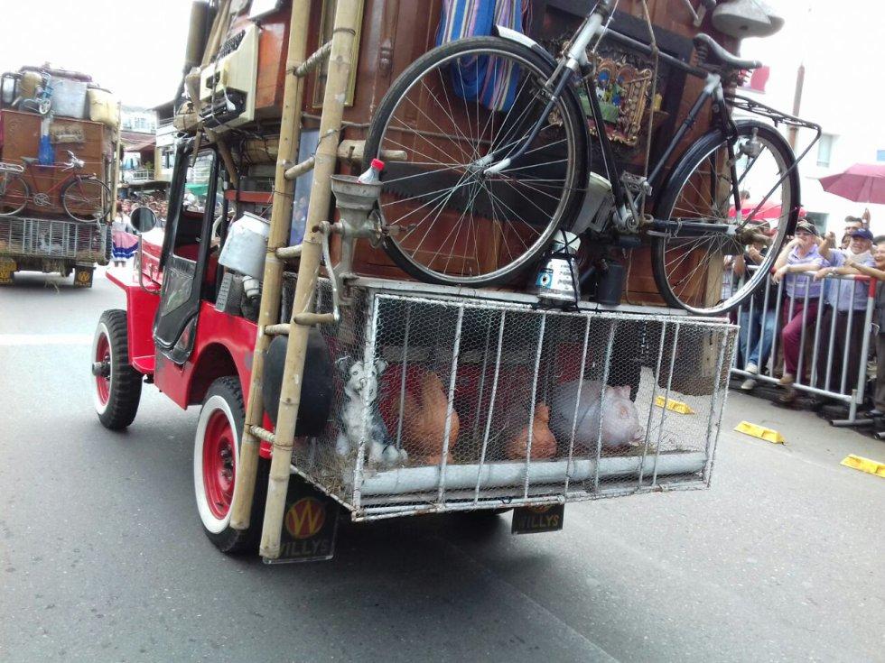 Nuevamente el desfile del yipao respetando el derecho de los animales, solo animales de juguete en el evento