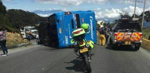 El bus afiliado a la empresa Coomotor se volcó sobre la carretera