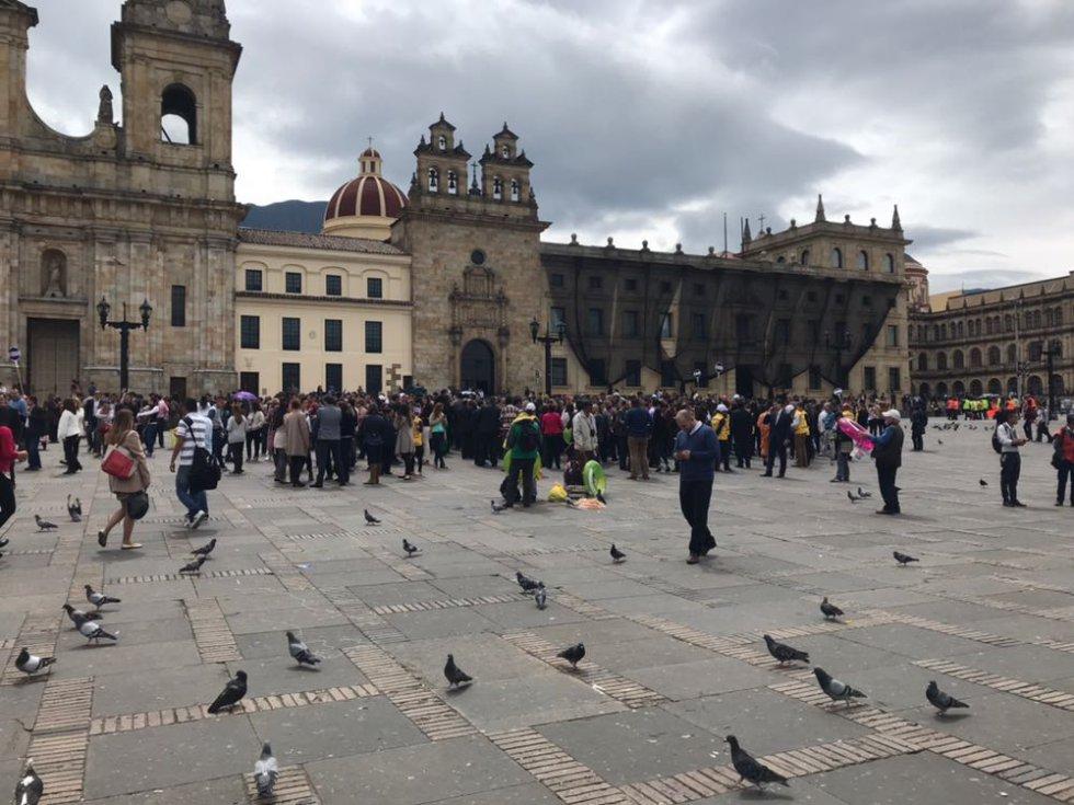 Fueron varios los funcionarios que llegaron a la plaza de bolívar, después de haber evacuado las edificaciones donde laboran.