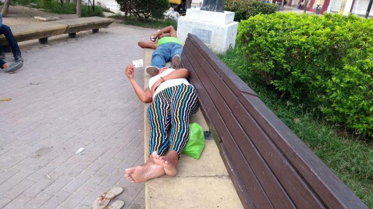 Venezolanos que duermen en la Plaza de San Nicolás en Barranquilla