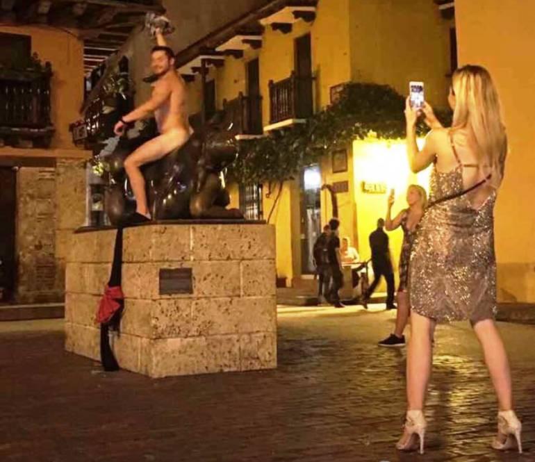 Fotografía de turista posando desnudo crea Indignación en Cartagena