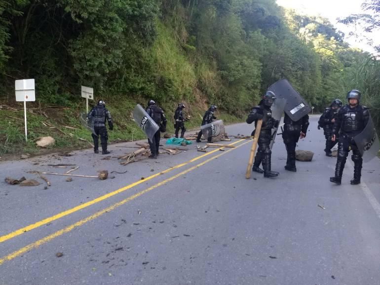 Miembros del Esmad limpiaron rápidamente el pequeño bloqueo que os indígenas intentaron hacer en la vía.