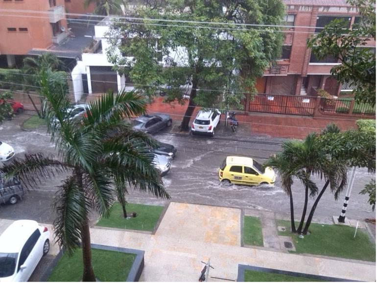Vehículos arrastrados por arroyos en Barranquilla.