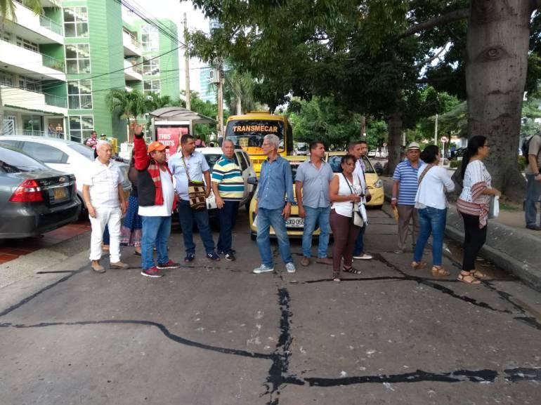 Usuarios de Coomeva bloquean vías al no ser atendidos en Barranquilla