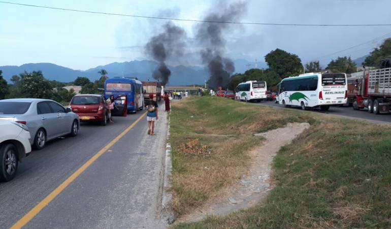 Bloqueada la vía Santa Marta - Ciénaga por protesta ciudadana