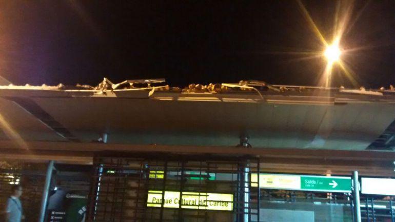Estación del Parque Cultural del Caribe Transmetro, averiada  por una tractomula que invadió el carrill de Solo Bus