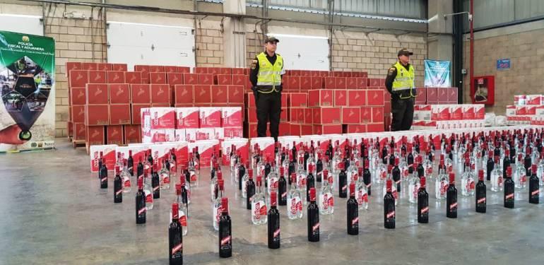 Policía fiscal aduanera y Dian de Cartagena aprehenden un contenedor con 8.442 litros de licor: Policía fiscal aduanera y Dian de Cartagena aprehenden un contenedor con 8.442 litros de licor