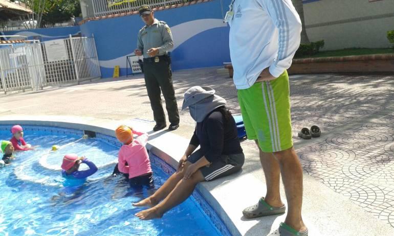 En los establecimientos donde hay piscinas entregan recomendaciones a dueños y visitantes