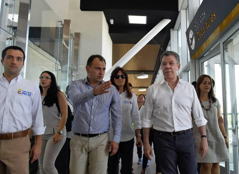 El Presidente Juan Manuel Santos cuando recorría el aeropuerto de Santa Marta. /FOTO ANDRÉS GONZÁLEZ-SIG