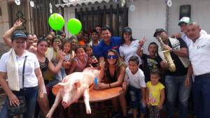 La emisora hermana de Caracol Radio, Tropicana entregó 50 marranos a las cuadras ganadoras.
