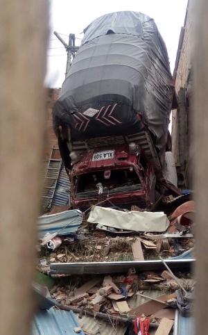 Camión perdió los frenos y se chocó contra casa en Soacha: Una persona herida por camión que chocó contra vivienda en Soacha