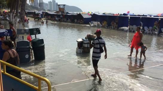 Alerta por alto oleaje en playas de Santa Marta: Susto de bañistas en El Rodadero por sorpresivo incremento del oleaje