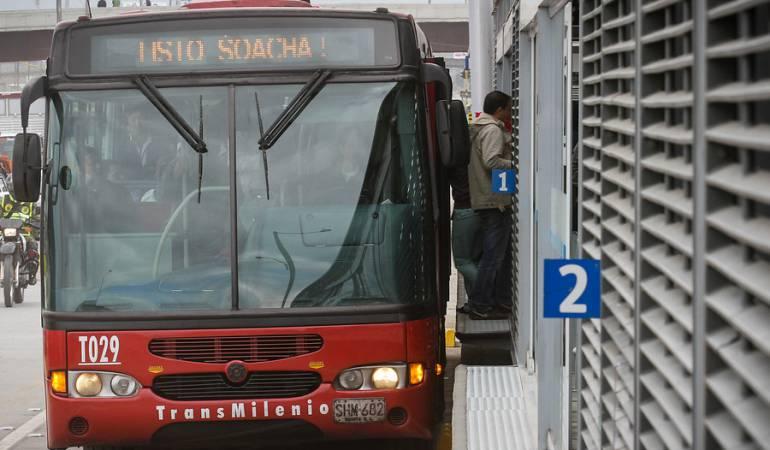 Transmilenio mujer herida: Estación de Transmilenio se queda sin piso y deja una mujer herida