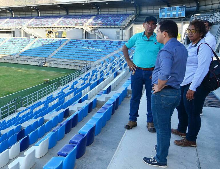 Alcalde Rafael Martínez, inspeccionando obras del nuevo estadio de fútbol de Santa Marta. /FOTO ALCALDÍA