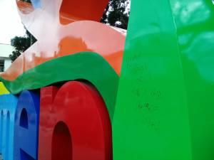"""Así quedó parte del letrero """"Yo amo Armenia"""" en el parque Sucre"""