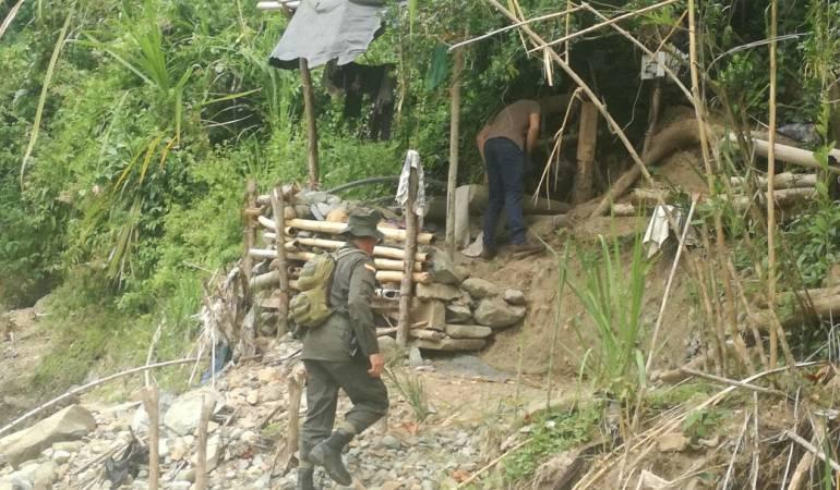 Ejercicio de minería ilegal en Caldas a orillas del río Cauca