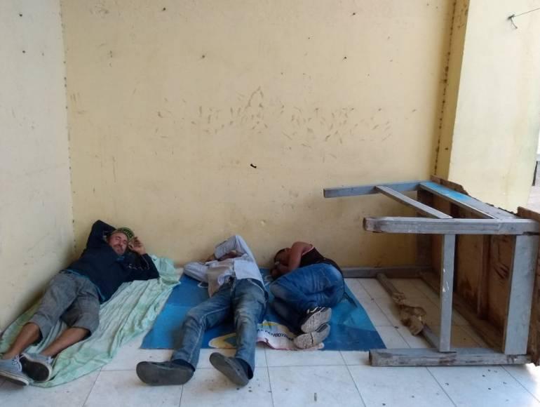 Con pan y agua, venezolanos sobreviven en plazas de Barranquilla
