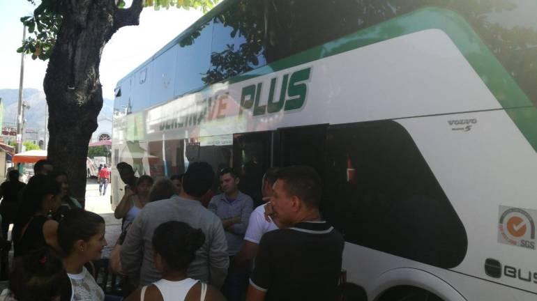 Travesía de pasajeros atrapados en vía a la costa para llegar a Bucaramanga: Travesía de pasajeros atrapados en vía a la costa para llegar a Bucaramanga