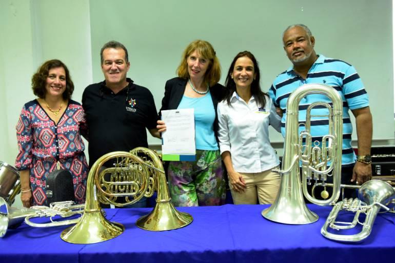 Donan instrumentos musicales para centros Puerto Azul de Cartagena: Donan instrumentos musicales para centros Puerto Azul de Cartagena