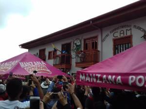 Nairo Quintana con la bandera de Colombia en el balcón de la alcaldía de Salento