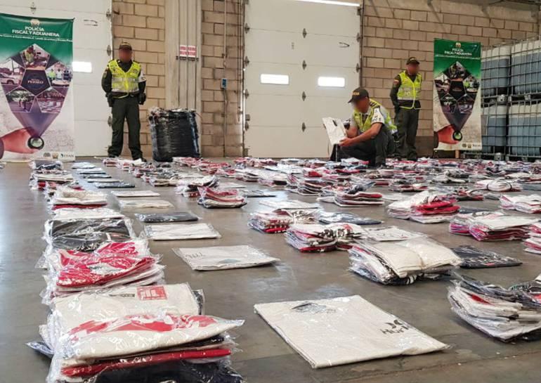 Incautan cargamento de ropa deportiva de contrabando en Cartagena: Incautan cargamento de ropa deportiva de contrabando en Cartagena