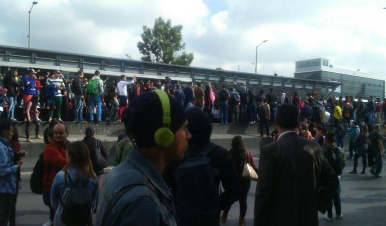 Bloqueos en transmilenio Caos por bloqueos en Transmilenio en la Autopista Sur