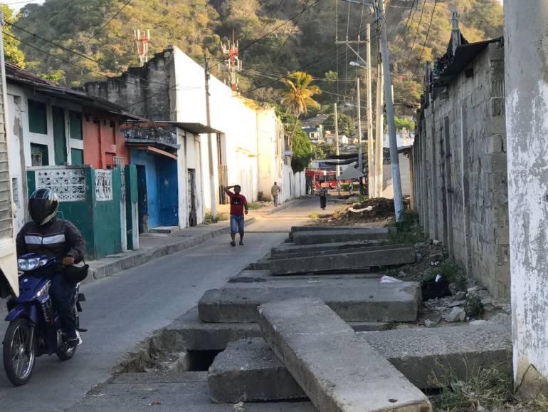 Barrio Chino de Cartagena clama por arreglo de placas de un canal de aguas: Barrio Chino de Cartagena clama por arreglo de placas de un canal de aguas