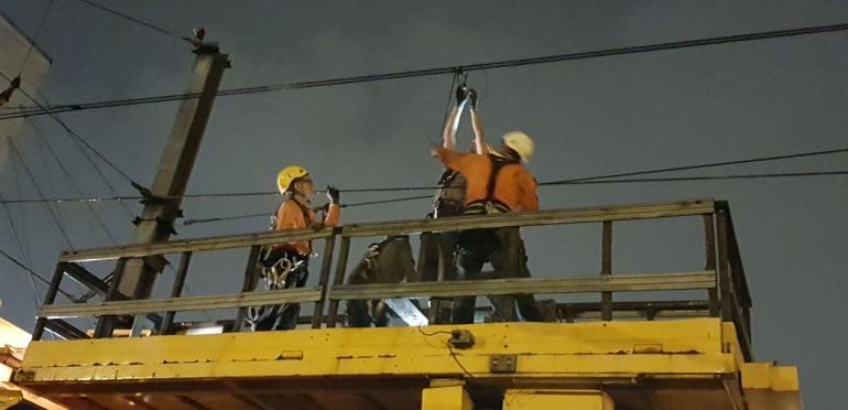 Trabajadores del Metro laboraron toda la noche para restablecer el servicio.