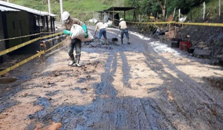 Labores de limpieza en la vía y viviendas de Toledo por atentado al oleoducto
