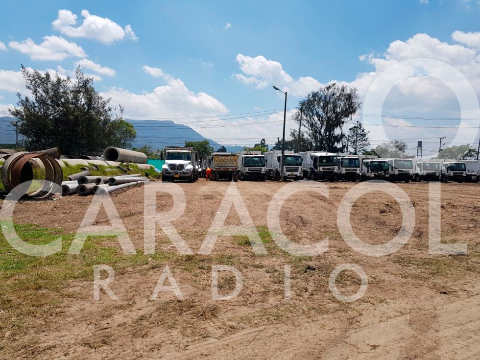Camiones de basura Aguas de Bogotá: A más de 100 camiones de Aguas de Bogotá se los está tragando la maleza