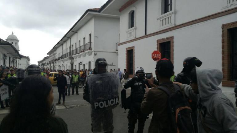 Fuertes disturbios en Popayán en medio de una visita de Álvaro Uribe