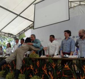 El vicepresidente de la república, Óscar Naranjo entregando diploma a ex combatientes