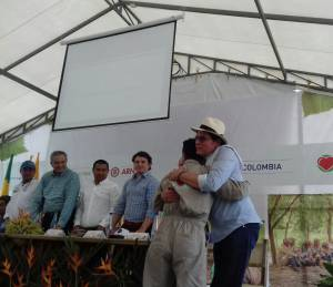 Pastor Álape vocero de las Farc saludando a sus compañeros ex combatientes