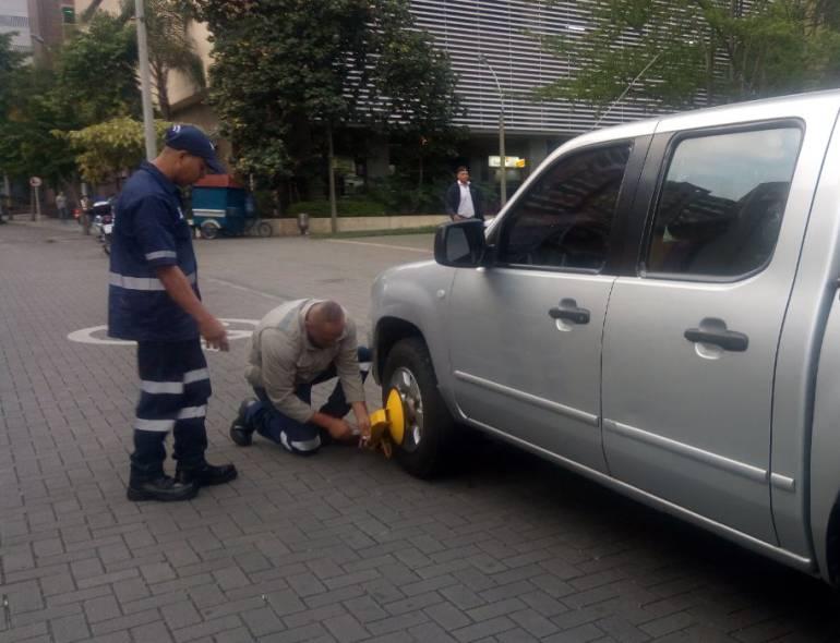 Cepos, carros, Medellín: Desde el 14 de marzo, en Medellín aplican cepos a carros mal parqueados
