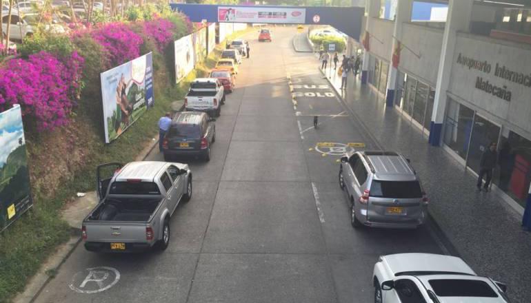 Los taxistas del aeropuerto piden mejores espacios para el estacionamiento