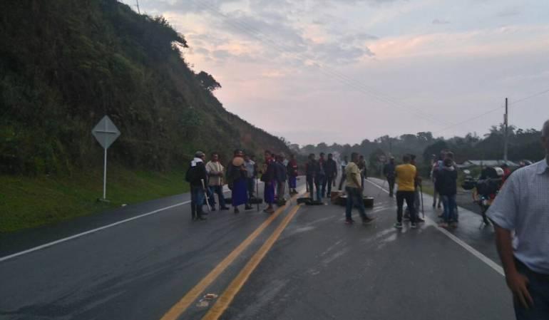 Indígenas guambianos bloquean vía panamericana entre Popayán y Cali