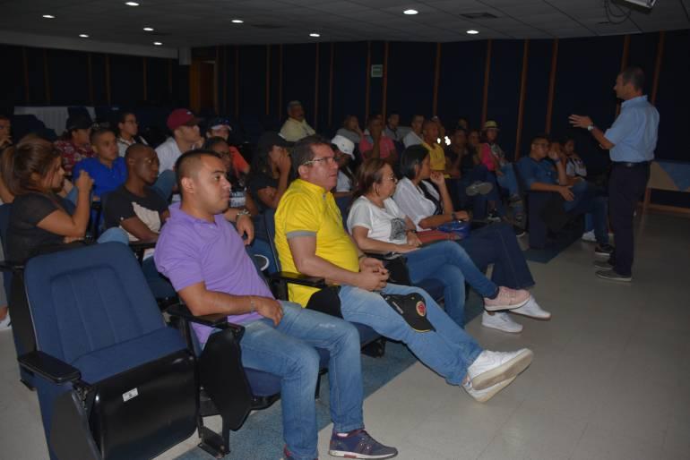 Estudiantes universitarios de Cali interesados en la Escuela Naval: Estudiantes universitarios de Cali interesados en la Escuela Naval