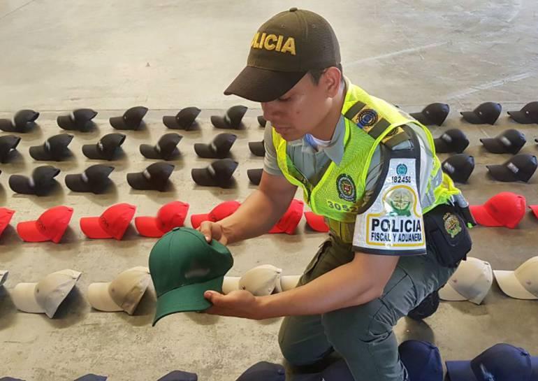 Decomisan mil gorras de contrabando en Cartagena: Decomisan mil gorras de contrabando en Cartagena