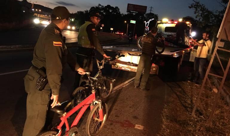 """BUCARAMANGA LEBRIJA VÍAS CICLISTAS: Ciclistas que se """"cuelgan"""" de camiones, en la mira de la Policía"""