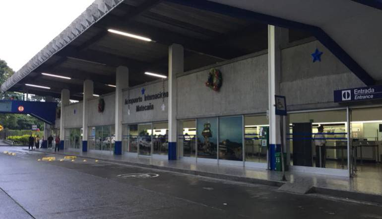Aeropuerto responde críticas por decisión que perjudica a maleteros