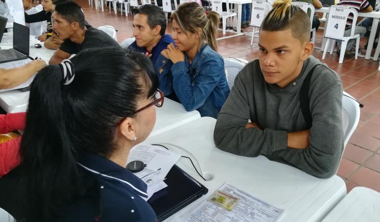 Venezolano realizando el registro de censo en Colombia