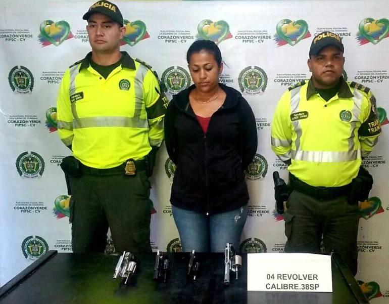 Mujer capturada en Santa Marta con cuatro armas de fuego. /FOTO POLICÍA