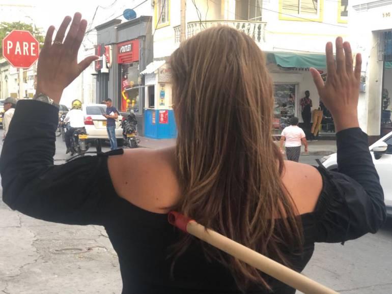 Con palo de escoba la atracaron en plena vía pública en Santa Marta.