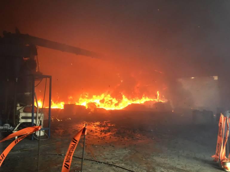 Incendio en fábrica del Carmen de Viboral completa tres días