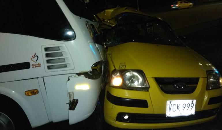 accidente: Un muerto 5 heridos en choque de taxi y buseta