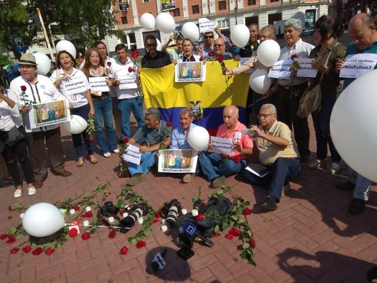 Plantón en Cali por muerte de periodistas ecuatorianos: Plantón de periodistas de Cali por asesinato colegas ecuatorianos