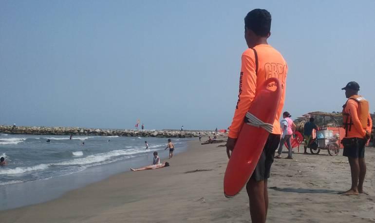Rescatan a tres personas en playas del Atlántico
