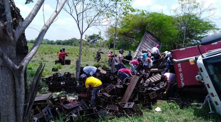 Accidentes transporte terrestre Cartagena: Aprovechan volcamiento de camión de cervezas para llevarse varias cajas
